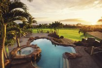 Luxury Home With Swimming Pool At Sunset — Stock Photo