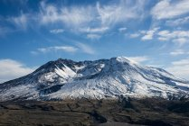 Autumn snow caps Mount St. Helens, an active volcano; Toutle, Washington, United States of America — Stock Photo
