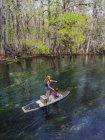 Мати і дочка paddleboard вниз за течією прісноводних струмках; Chiefland, Флорида, Сполучені Штати Америки — стокове фото