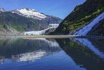 Туристы, осматривающие ледник Менденхолл и водопад Наггет в зоне отдыха парка Менденхолл, недалеко от Джуно; Аляска, США — стоковое фото