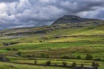 Ingleborough è la seconda più alta montagna nello Yorkshire Dales. È uno dei Yorkshire tre cime di Lavaredo, gli altri due sono Whernside e Pen-y-ghent; Yorkshire Dales, Inghilterra — Foto stock