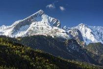 Снег covered изрезанный горный хребет с голубым небом; Гармиш-Партенкирхен, Бавария, Германия — стоковое фото