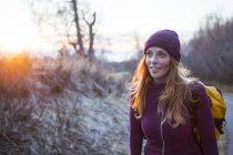 Молода жінка, несучи рюкзак і ходити на сході сонця; Анкорідж, Аляска, США — стокове фото