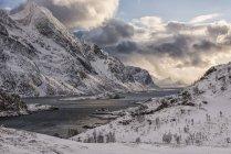 Прочные, заснеженные горы вдоль побережья Норвегии; Нордланд, Норвегия — стоковое фото