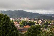 Перегляд Phonsavan, столиця провінції провінція Xiangkhouang з лісисті пагорби; Phonsavan, Xiangkhouang, Лаос — стокове фото