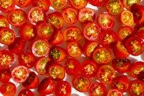 Gros plan de tomates cerises coupées en deux — Photo de stock
