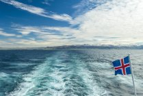 Blick zurück auf das Festland von der Fähre zu den westlichen Inseln; Island — Stockfoto