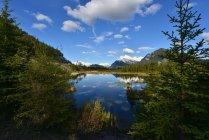 Гора Rundle видели через озера киноварь, Национальный парк Банф; Альберта, Канада — стоковое фото