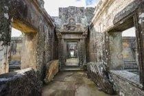 Барельєф на architrave в інтер'єрі Gopura III, Преахвіхеа Vihear храму; Преахвіхеа Vihear, Камбоджа — стокове фото