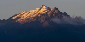 Lumière du soleil illuminant les sommets accidentés de la chaîne de montagnes Kangchenjunga, une partie de la grande chaîne Himalaya ; Sikkim, Inde — Photo de stock