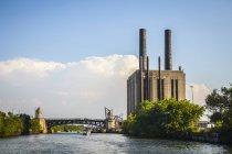 Дивлячись на південь до Рузвельт дороги міст на річці Чикаго; Чикаго, Іллінойс, США — стокове фото