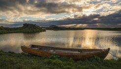 Лодка лежит в безмятежное озеро Миватн, Северная Исландия на закате; Исландия — стоковое фото