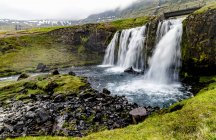 Close-up de Kirkjufellsfoss pela Kirkjufell montanha na Islândia ocidental, Grundarfjorour, Islândia — Fotografia de Stock