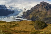 View of a large glacier and the mountains along the South coast of Iceland, part of the Vatnajokull ice cap; Iceland — Stock Photo
