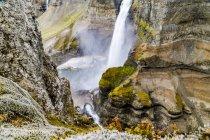 Закрытие одного из двух потрясающих водопадов в водопаде Хайффельд, Исландия — стоковое фото