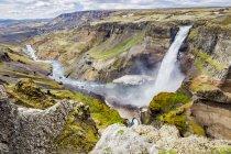 Высокий обзор одного из водопадов и рек долины Хайфосс с потрясающими скалами, природными красками и скалами, Исландия — стоковое фото