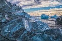 Jokulsarlon o Diamond Beach, con grandi blocchi di ghiaccio sparsi sulla spiaggia tra ogni alta marea; Islanda — Foto stock