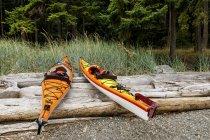 Kayak su un piccolo isolotto nel Beaumont Marine Park a Bedwell Harbour, Pender Island, Columbia Britannica, Canada — Foto stock