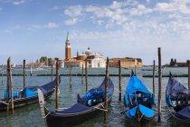 Гондолы в Венеции, пришвартованы напротив Сан-Джорджо-Маджоре; Венеция, Италия — стоковое фото