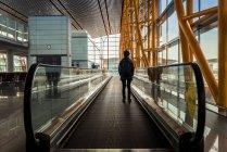 Pasajero de pie en la acera en movimiento en el edificio de la terminal del aeropuerto, Beijing Capital International Airport, Beijing, China - foto de stock