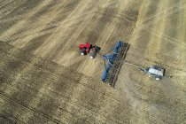 Luftaufnahme eines Traktors ziehen ein Luft-Sämaschine, ein Feld zu säen — Stockfoto