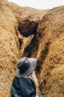 Una donna che esplora una fessura in una roccia, Eagles Rock, Red Mountain Trail, Arizona, Stati Uniti d'America — Foto stock