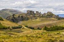 Vista panorámica de los frailones, enormes pilares volcánicos en Cumbemayo, Cajamarca, Perú - foto de stock