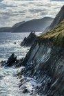 Живописный вид изрезанное побережье графства Керри с водой, разбрызгивания вверх на скалистых утесах, Беллиферритер, графство Керри, Ирландия — стоковое фото