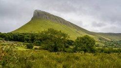 Benbulben Mountain, una grande formazione rocciosa, Grange, Contea di Sligo, Irlanda — Foto stock