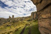 Vista panoramica di Los Frailones, massicci pilastri vulcanici a Cumbemayo, Cajamarca, Perù — Foto stock