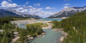 Fluss, der sich durch die kanadischen Rocky Mountains schlängelt; Alberta, Kanada — Stockfoto