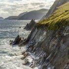 Мальовничий вид на узбережжі з нерівною Керрі з водою хлюпалися на скелястих скелях, Ballenferrer, графстві Керрі, Ірландія — стокове фото