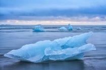 Icebergs na lagoa glacial Jokulsarlon, Islândia do Sul; Islândia — Fotografia de Stock