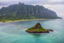 Montagnes luxuriantes entourant Oahu ; Oahu, Hawaï, États-Unis d'Amérique — Photo de stock