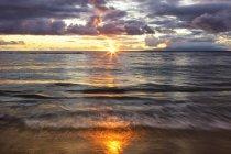 Atardecer en la playa con agua blanda; Kihei, Maui, Hawaii, Estados Unidos de América - foto de stock