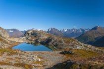 Vista panorámica del sendero Harding Icefield Trail con las montañas Kenai, El glaciar Exit y un lago sin nombre al fondo, el Parque Nacional de los Fiordos de Kenai, la península de Kenai, el centro-sur de Alaska; Alaska, Estados Unidos de América - foto de stock