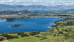 Bella vista sul lago di Wanaka e la città lungo una pista Roys Peak; Wanaka, South Island, Nuova Zelanda — Foto stock