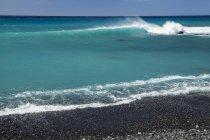 Brandung am schwarzen Sandstrand, Pueo Bay, Nordkona Küste; Kailua-Kona, Insel Hawaii, Hawaii, Vereinigte Staaten von Amerika — Stockfoto