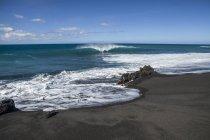 Lavagestein und Küste in der Nähe der Bucht von Pueo, Nordkona Küste; Kailua-Kona, Insel Hawaii, Hawaii, Vereinigte Staaten von Amerika — Stockfoto