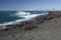 Schwarzer Sandstrand und Wellen, die in Küstennähe brechen, Bucht Pueo, Nordkona-Küste; kailua-kona, Insel Hawaii, Hawaii, Vereinigte Staaten von Amerika — Stockfoto