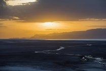 Coucher de soleil sur le lac Eyasi, près du camp de tentes Kisima Ngeda ; Tanzanie — Photo de stock