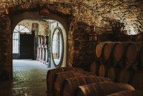 Barricas de vino en bodega; Italia - foto de stock