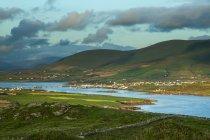 Vista della costa dell'isola di Valentia sulla Wild Atlantic Way con il Maurice O Neill Memorial Bridge da Portmagee attraversando verso l'isola; Valentia Island, Contea di Kerry, Irlanda — Foto stock