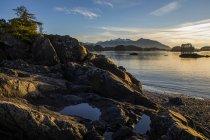 Soleil d'hiver tardif sur une plage rocheuse surplombant Crescent Bay ; Sitka, Alaska, États-Unis d'Amérique — Photo de stock