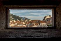 Veduta della città vecchia da un'apertura sulle mura della città; Dubrovnik, Contea di Dubrovnik-Neretva, Croazia — Foto stock