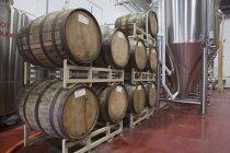Barris de madeira em uma cervejaria, visão de baixo ângulo — Fotografia de Stock