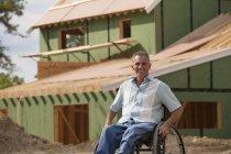 Homem com lesão medular em uma cadeira de rodas em sua nova casa acessível em construção — Fotografia de Stock