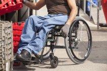 Погрузка докеров с повреждением спинного мозга в подносы для инвентаризации инвалидных колясок — стоковое фото