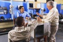 Professor diskutiert Sensoren und Thermostate mit Studenten in einem hvac-Klassenzimmer — Stockfoto