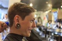 Uomo alla moda con una lesione del midollo spinale in un salone di parrucchiere ottenere un taglio di capelli — Foto stock